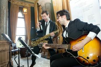 With guitarist Nelson Pari. Drinking on the job, tut tut tut..